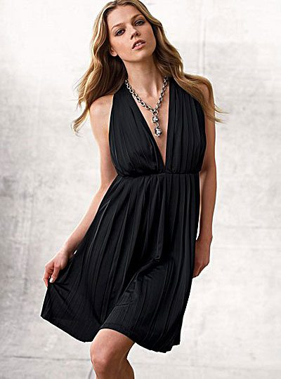 What jewelry to wear with a v neck dress e fashionforyou for Jewelry accessories for black dress